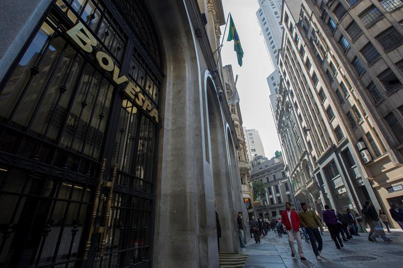 Wall Street sets a new record and Latin American stock markets close mixed